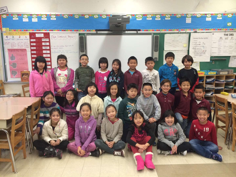 Students receive bilingual education in the classroom.學生在教室中接受雙語教育。