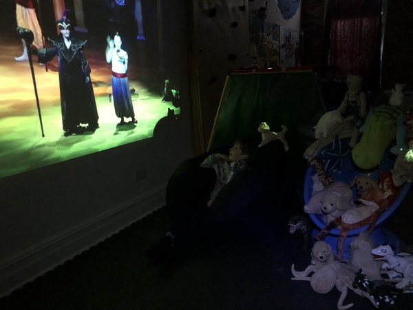children watch the play of tv