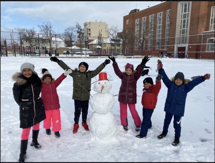 6 friends playing in the snow and making a snowman