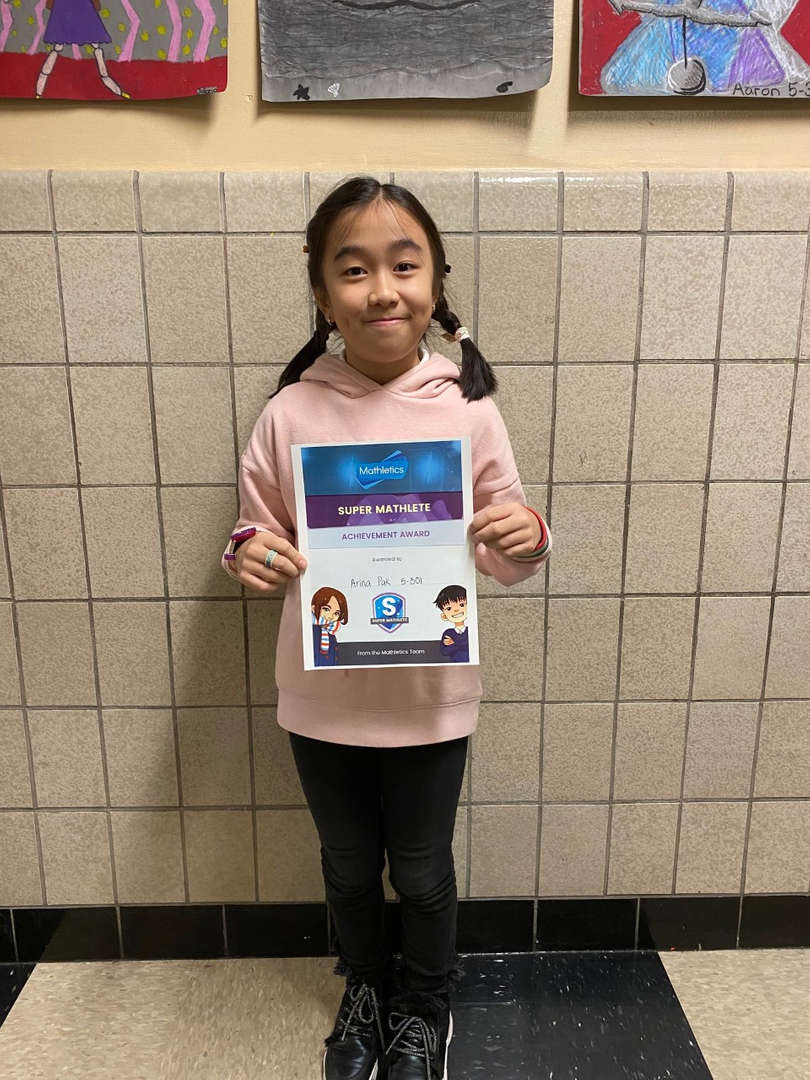 A student proudly holds her certificate for Mathletics winner.