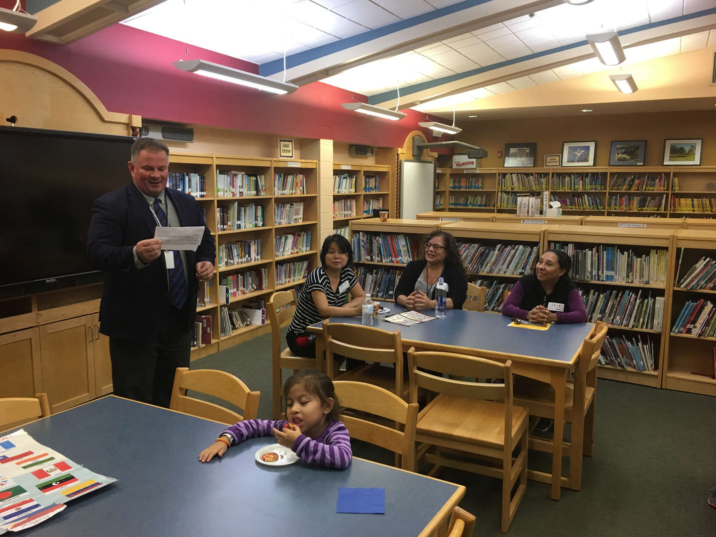 Superintendent Calkins introduces himself to parents in Spanish.