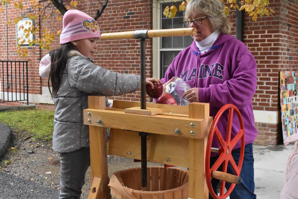 1st graders make apple cider