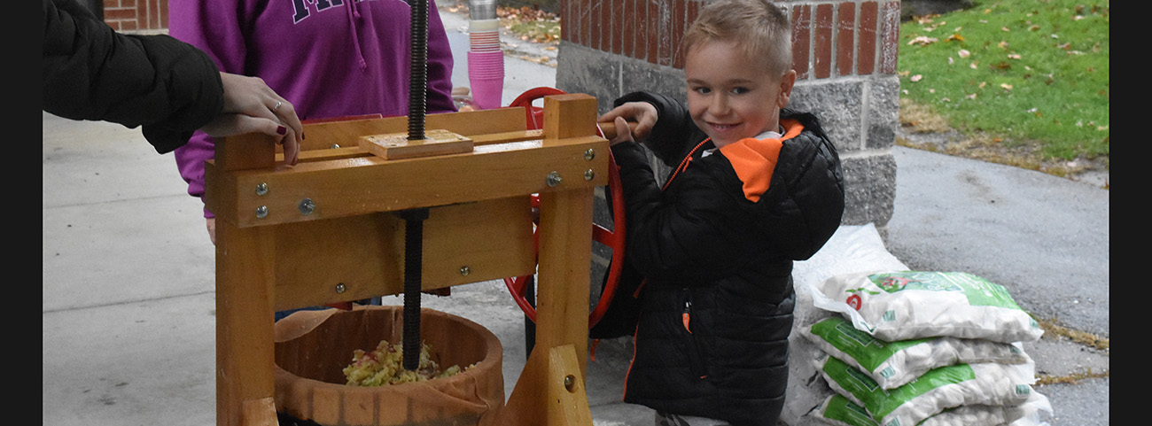 1st graders make apple cider.