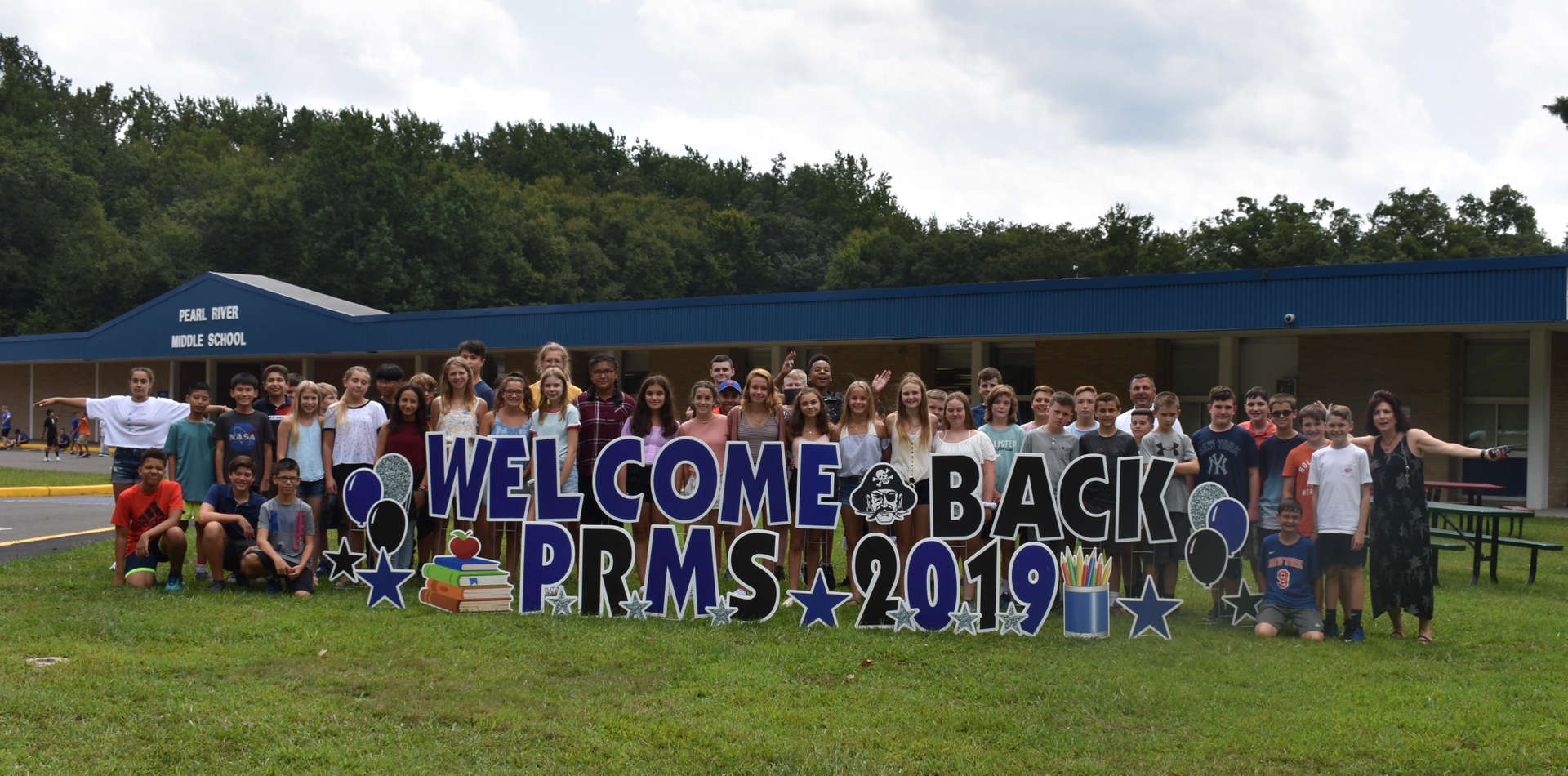 MS students and welcome sign