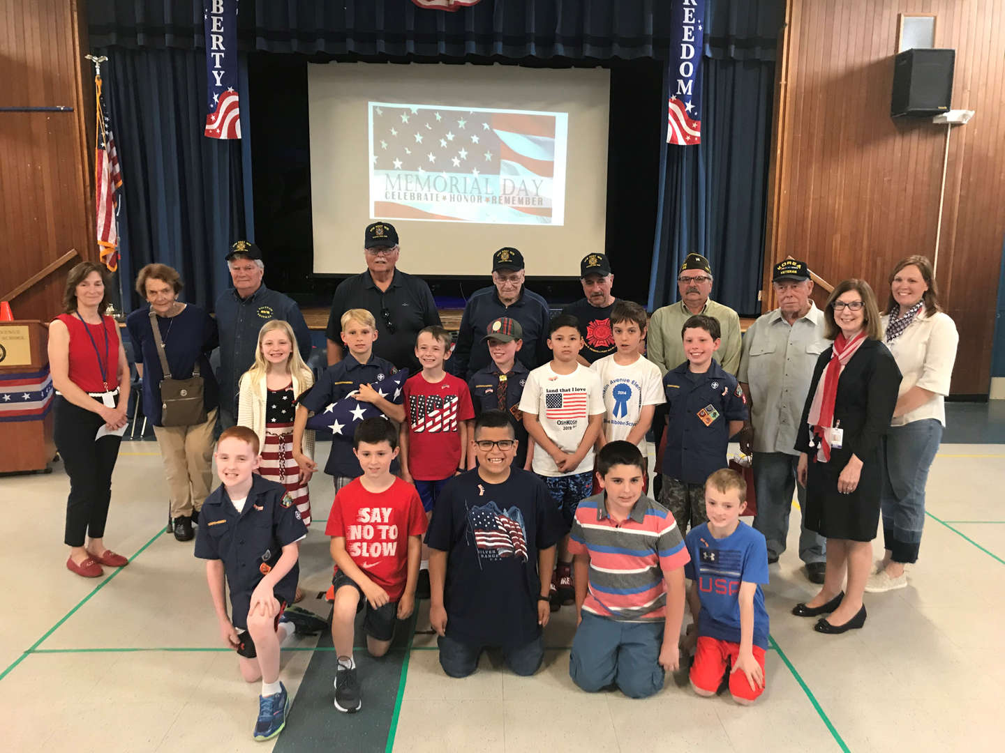 Group picture of students and veterans for Memorial Day tribute