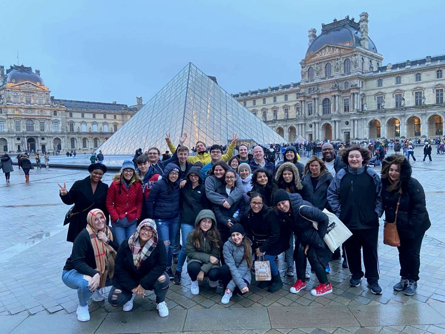 students in front of Louvre museum