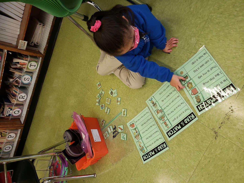 Kindergarten student matching pictures
