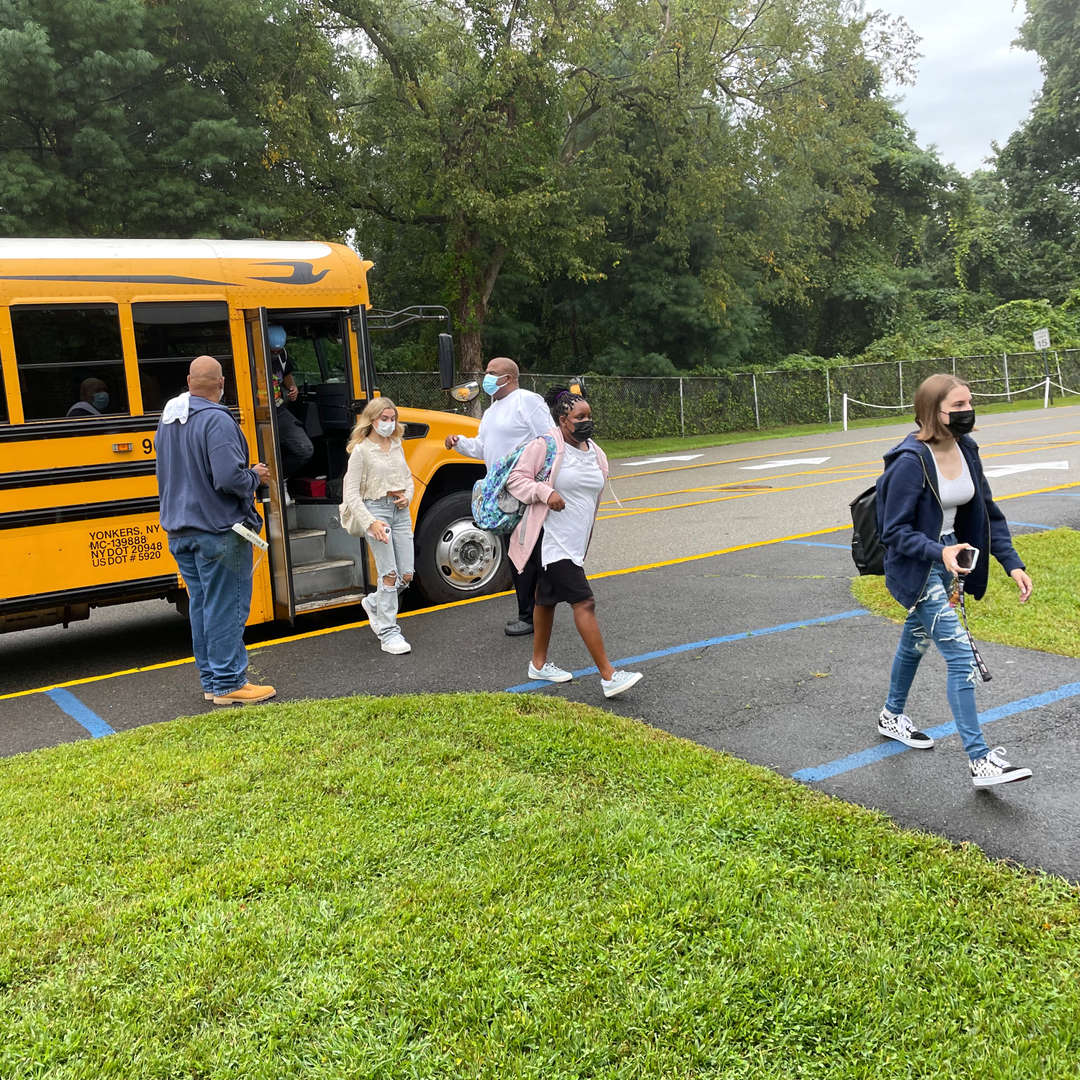 students getting off bus